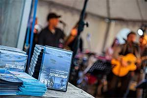 Livekonzert. Im Hintergrund Band auf Bühne