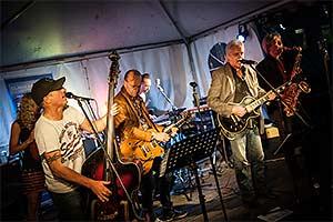 Livekonzert. Blick schräg auf die Bühne. Links im Vordergrund Claus am Kontrabass